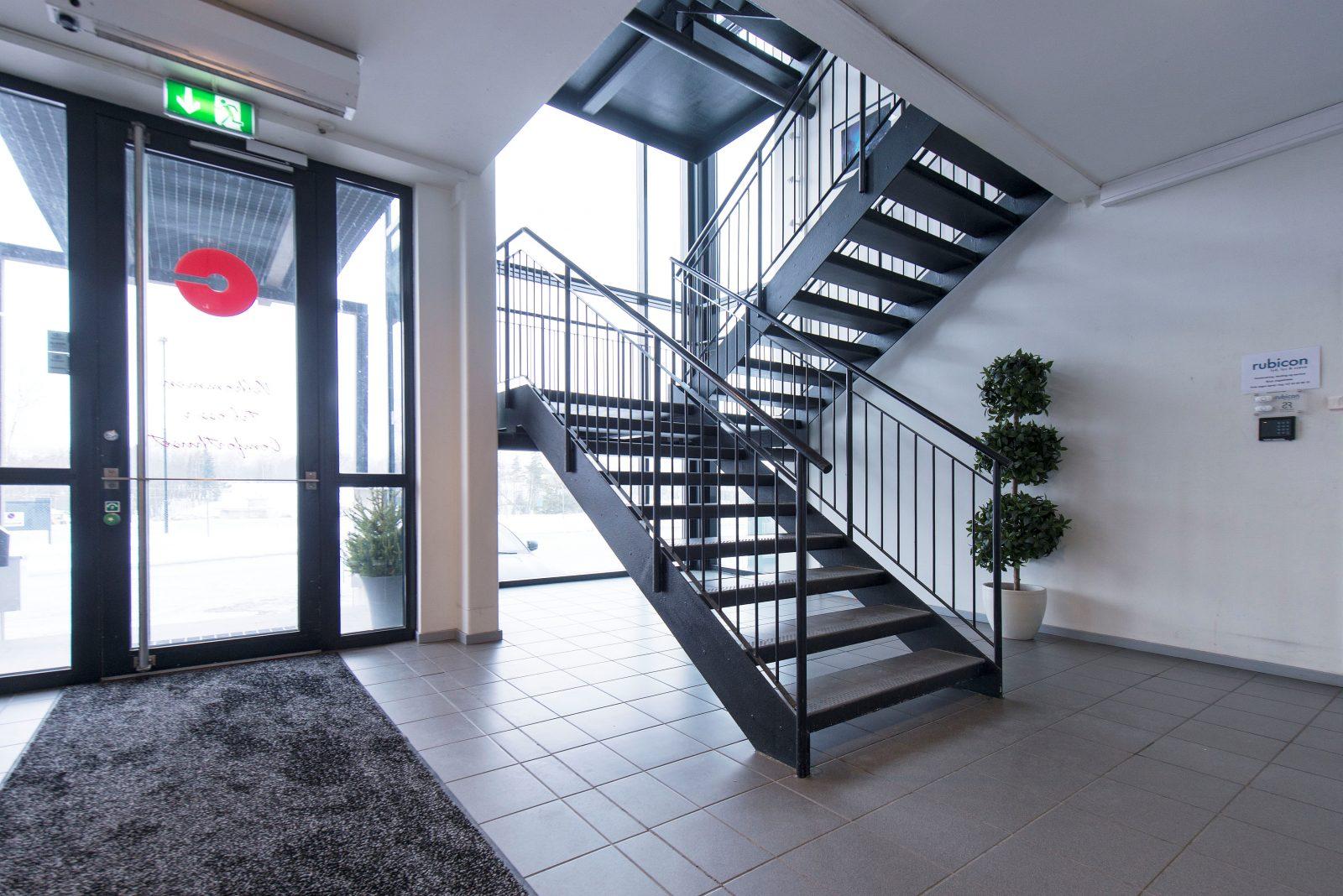 Hovedinngang / interntrapp til 2. etasje