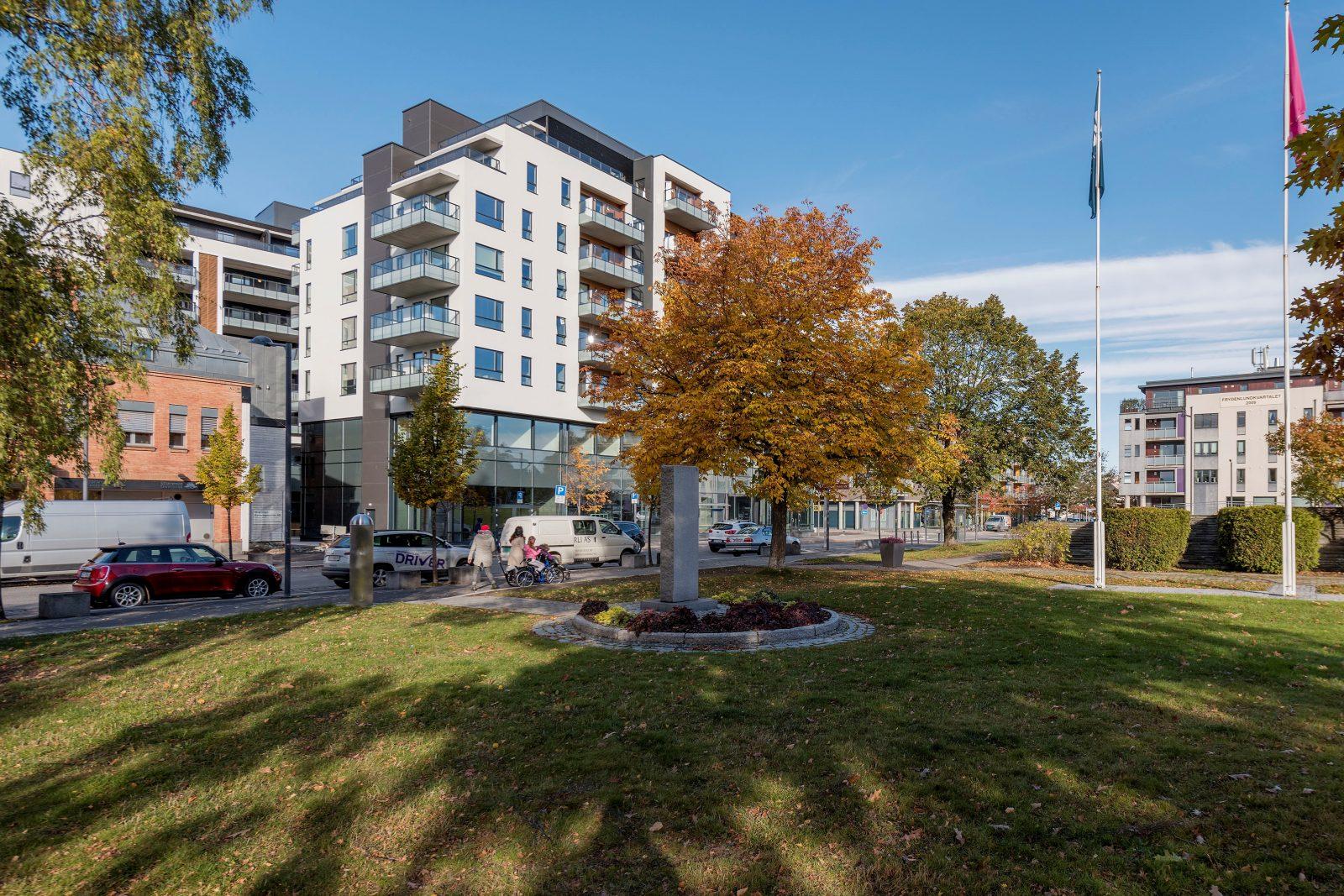 Eiendommen sett fra parken beliggende på andre siden av Strømsveien