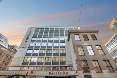 Flotte kontorer med moderne fellesfasiliteter i toppetasje med utsikt over Oslo. Takterrasse med 360 graders utsikt!