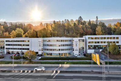 Lysaker: Moderne lokaler med unik eksponering mot E18. Lokalene tilpasses leietaker etter ønsket standard/utforming.