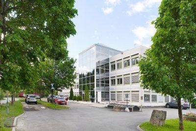 OPPEGÅRD NÆRINGSPARK- Kontorlokaler og lager med 6 meter takhøyde og kjøreport til leie.  Kun 15 minutters kjøring fra Oslo Sentrum.