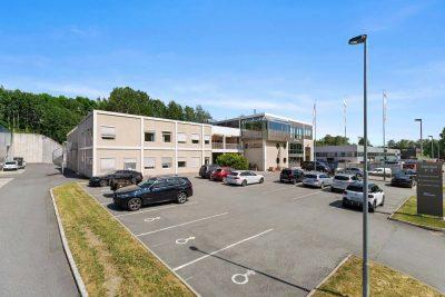 Nyoppussede kontorer ca. 250 kvm. bta. med 100 kvm. lager og 200 kvm. utelager.