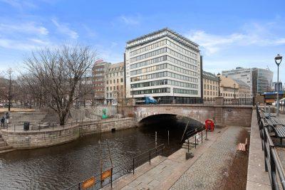 Sentrum: Representative og moderne kontorlokaler til leie. Toppetasje med utsikt over byen.