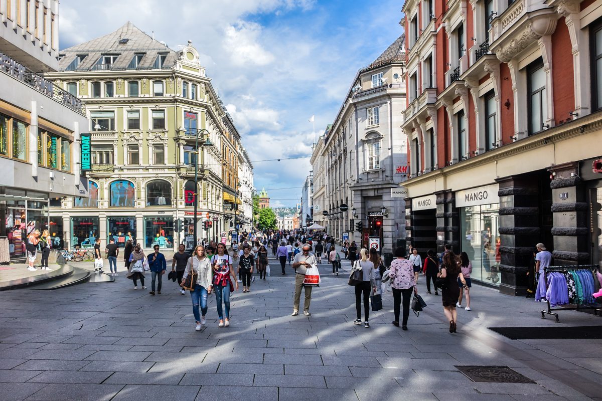 Oslo,,Norway,-,June,14,,2017:,Tourists,And,Locals,Walk